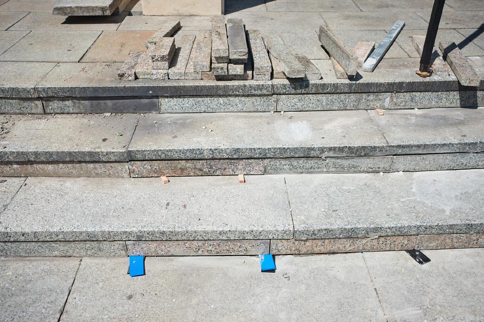 Opravujú schody pri Mestskom kultúrnom centre