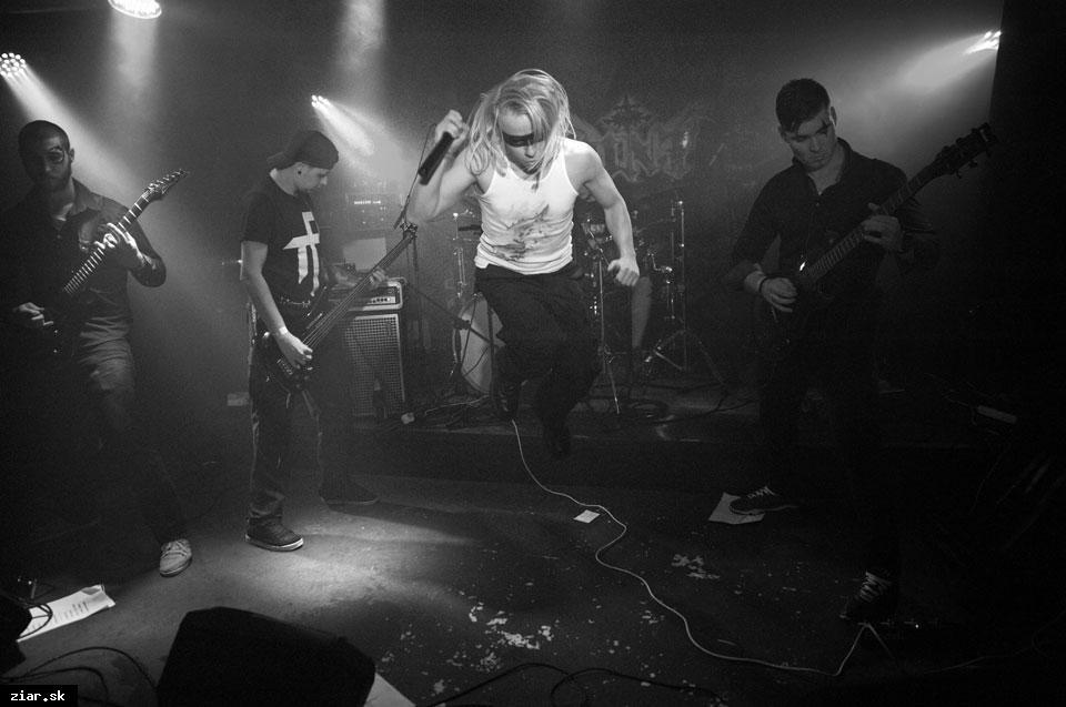 obr: Prvý album žiarskej kapely AINT produkoval legendárny Roland Grapow