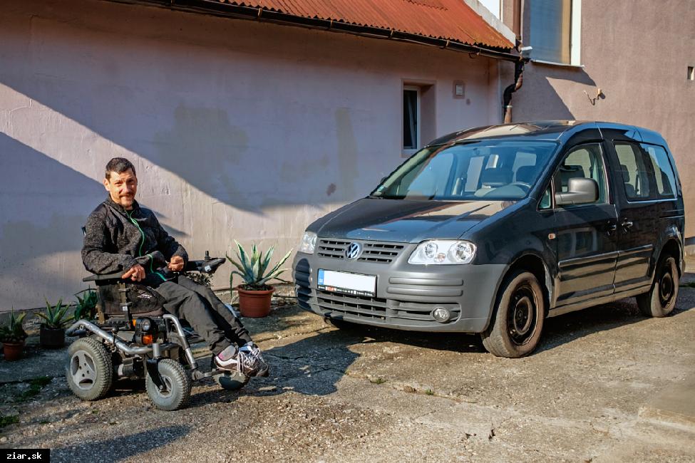 Žiarska radnica auto nepredala. Darovala ho rodine s postihnutým synom