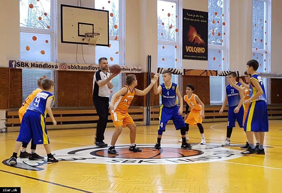 obr: Basketbal: Ťažké zápasy proti Handlovej s víťazným koncom