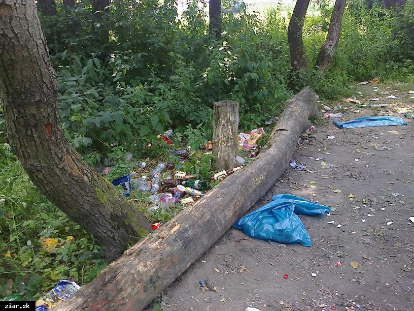 obr: Žiarski bezdomovci zbierajú odpadky v meste
