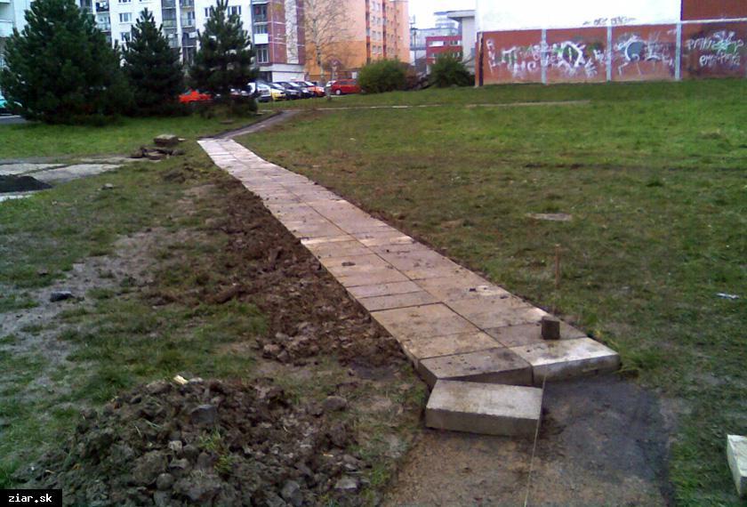 obr: Obyvateľom Pod vrškov mesto vyhovelo novým chodníkom
