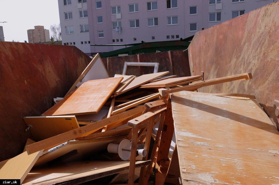 obr: Žiarčania sa počas Dní jesennej čistoty zbavovali starého nábytku