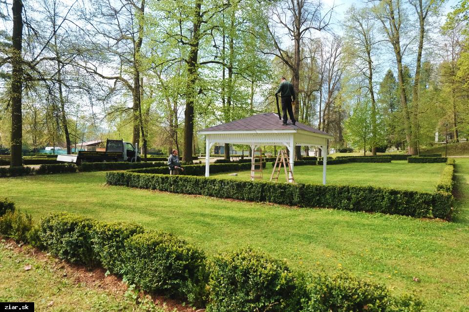 obr: Drevený svadobný altánok v parku už stojí