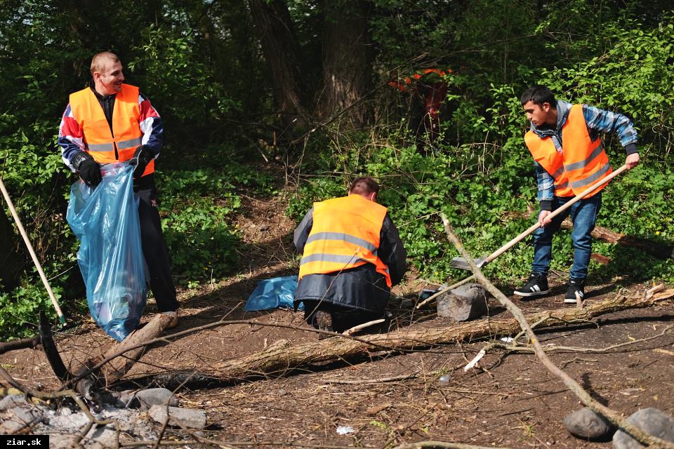 obr: Jarné upratovanie mesta aj s pomocou aktivačných pracovníkov