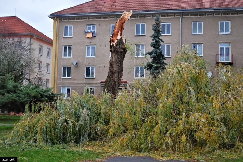 obr: Silný vietor polámal stromy. Odfúklo aj strechu zo starej futbalovej tribúny