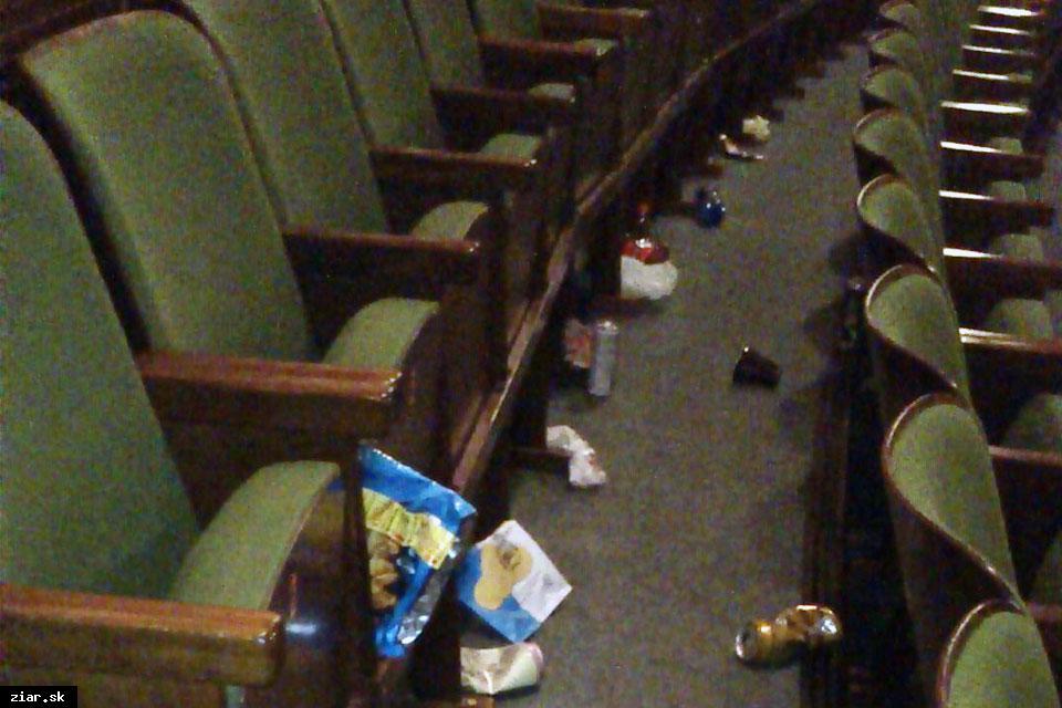 obr: Na neporiadok v kinosále zareagovalo Céčko novým vnútorným poriadkom