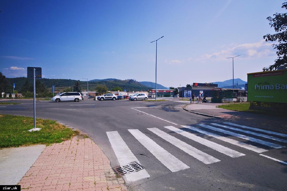 obr: Na problémovej križovatke osadia semafory