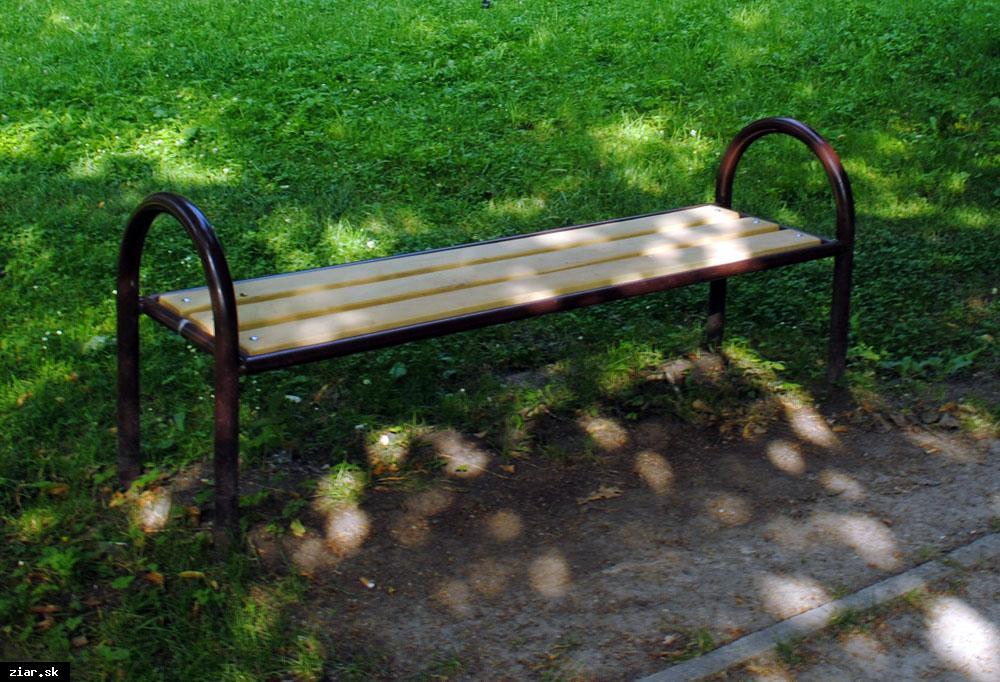 obr: Staré lavičky nahradili novými z agátového dreva