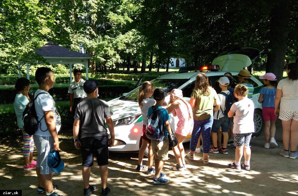 obr: Policajti v letných detských táboroch