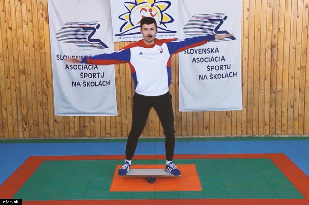 obr: Školáci cvičia prostredníctvom videí s profesionálnymi športovcami