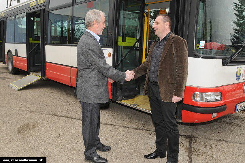obr: V uliciach Žiaru jazdí nízkopodlažný autobus
