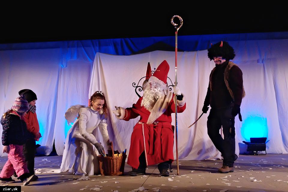 obr: Vianočný stromček rozsvietia deti prskavkami