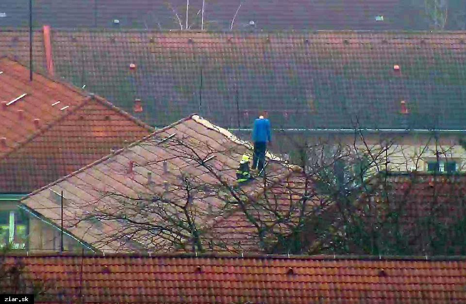 obr: Muž na streche vystrašil obyvateľov