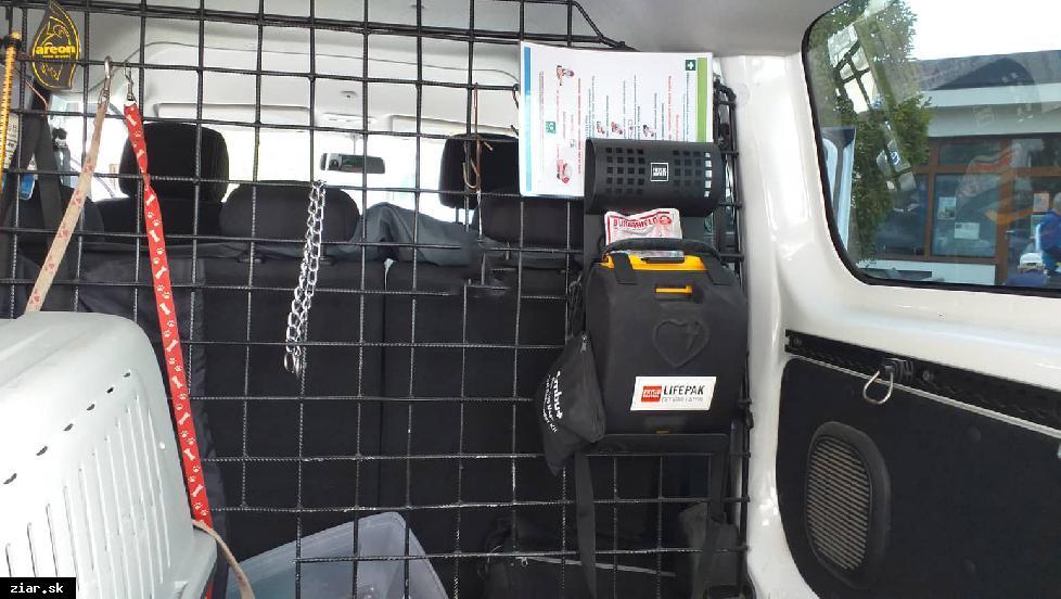obr: Mestskí policajti majú v služobnom vozidle defibrilátor