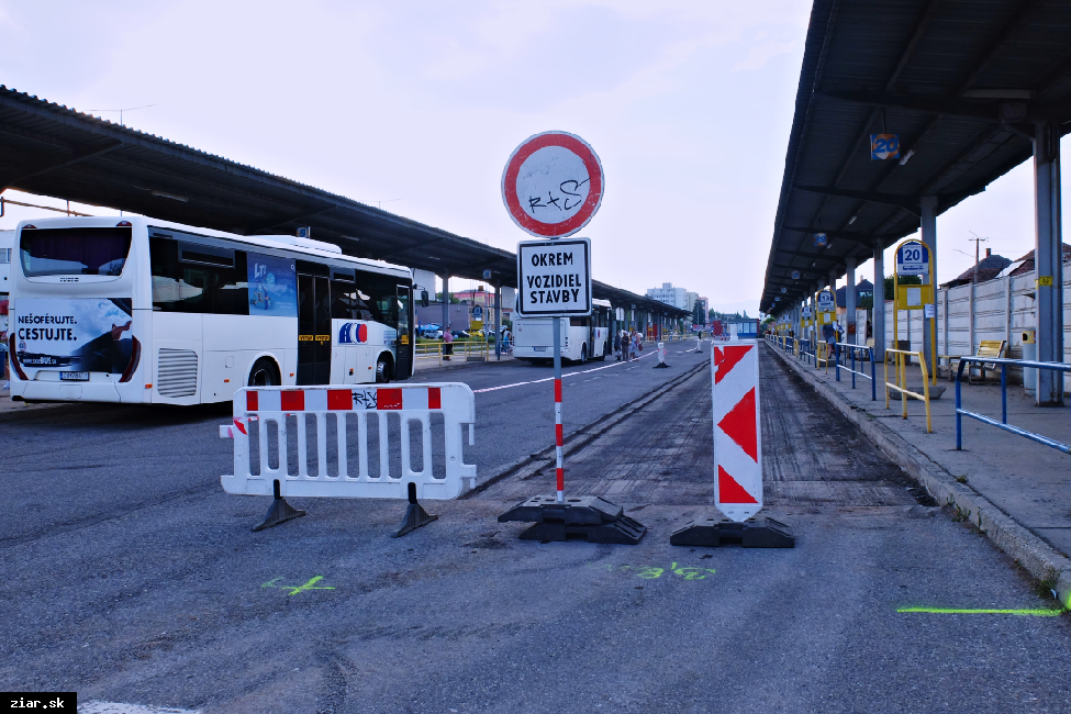 obr: Nový asfaltový koberec je aj na autobusovom nástupišti