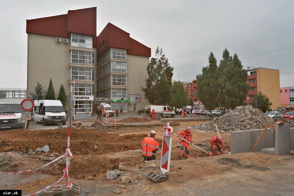 obr: Pred nemocnicou pribudne 28 nových parkovacích miest