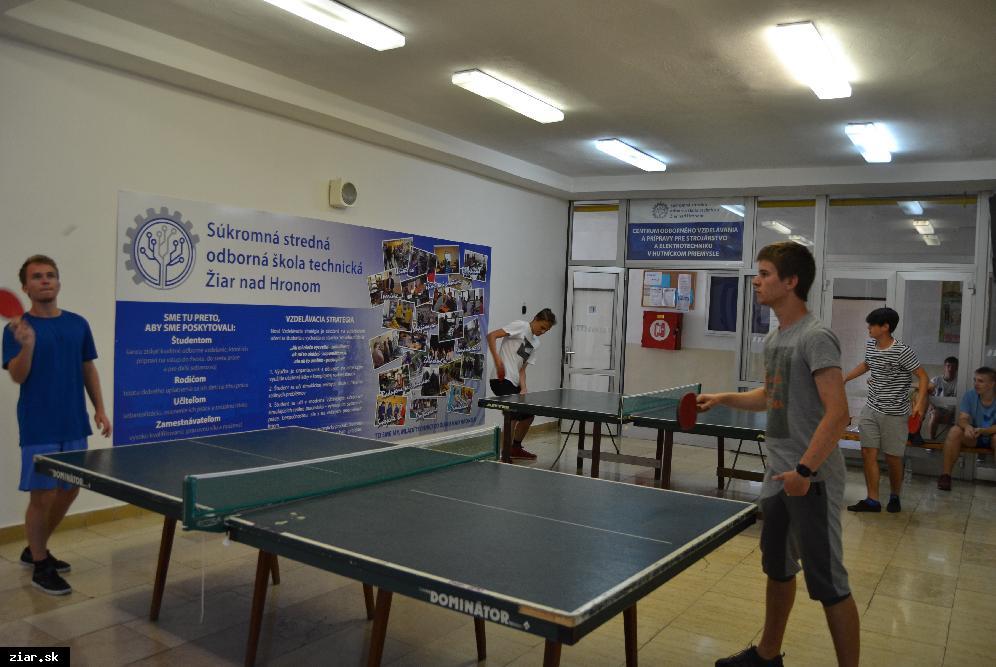 obr: Študenti SSOŠT môžu využívať aj stolný tenis, stolný futbal či fitnes s novým veslovacím trenažérom