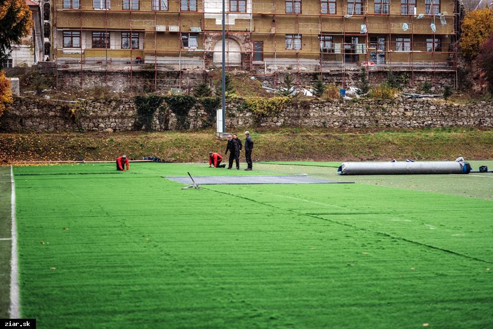 obr: FK Pohronie s novou umelou trávou, ktorá bude spĺňať parametre FIFA