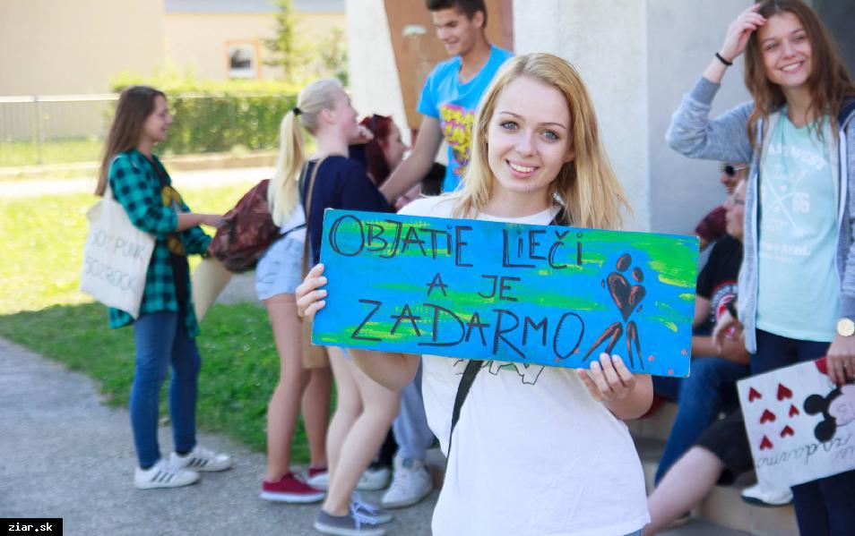 obr: Mladí ľudia rozdávali objatia a úsmevy aj v uliciach Žiaru