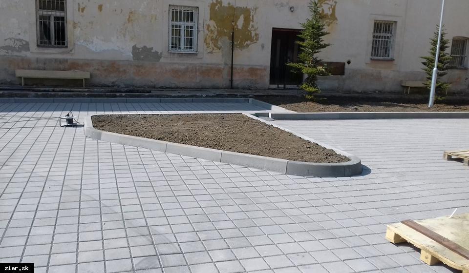obr: Parkovisko pri kaštieli dokončené