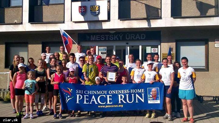 obr: Účastníci Mierového behu sa zastavili aj v Žiari