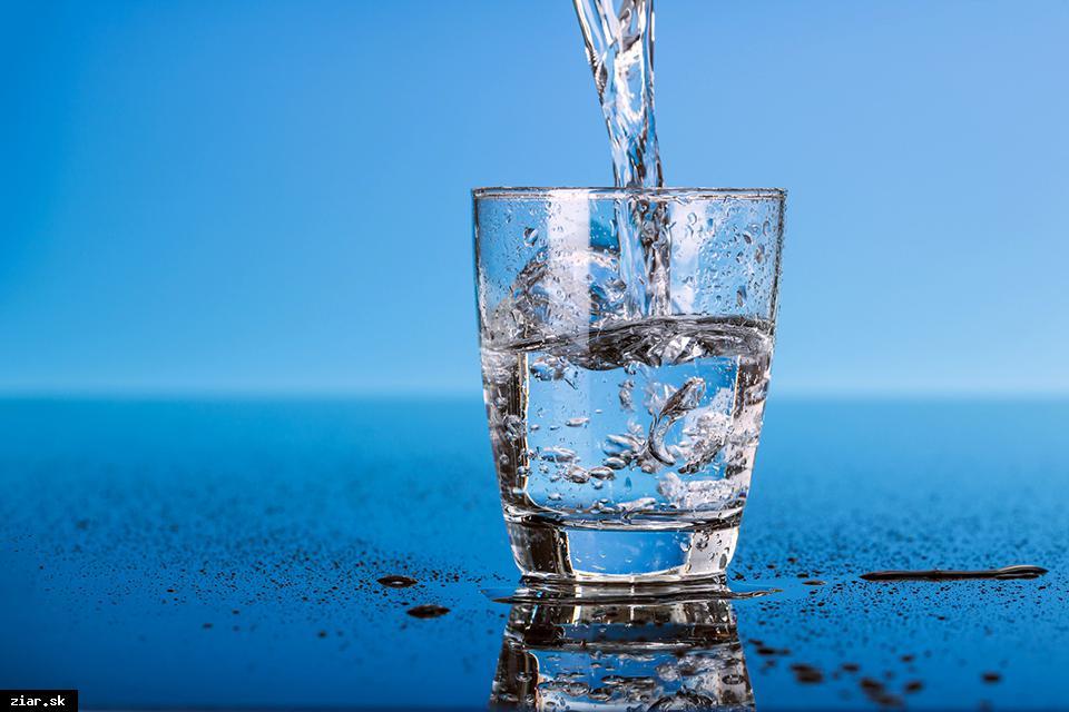 ÚVZ SR: Ponúknite deťom vodu, odnaučte ich od sladených a energetických nápojov