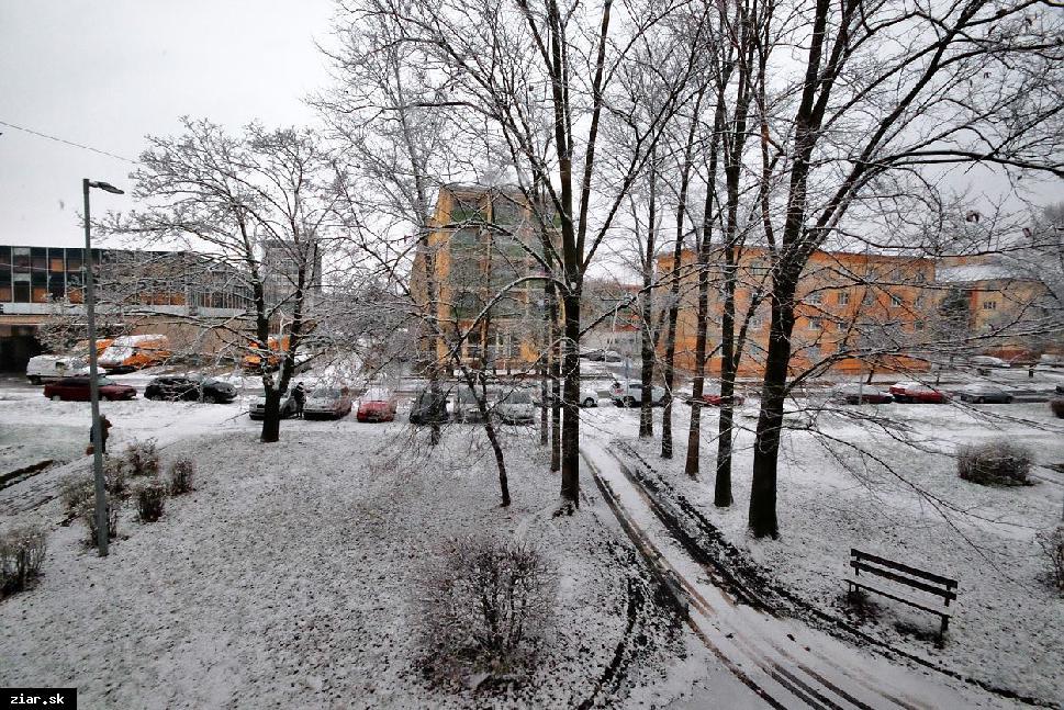 obr: Začiatok zimy: Sneženie a silný nárazový vietor