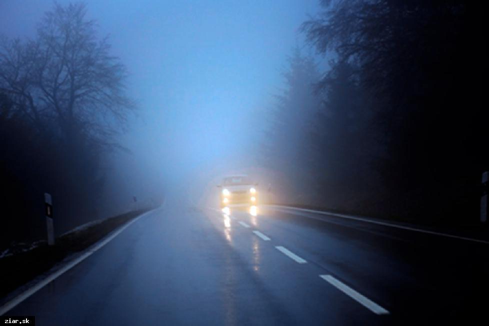 obr: Jeseň na cestách je riziková. Vodiči uberte z plynu, chodci používajte reflexné prvky