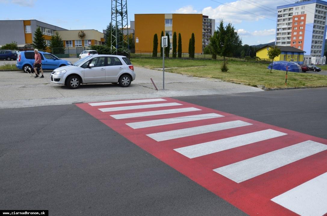 obr: Priechody pre chodcov pred školskými zariadeniami zvýraznili červenou farbou