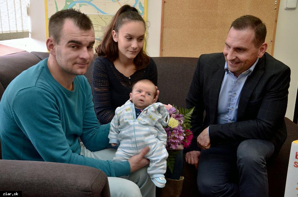 obr: Prvé tohtoročné bábätko prijal primátor mesta