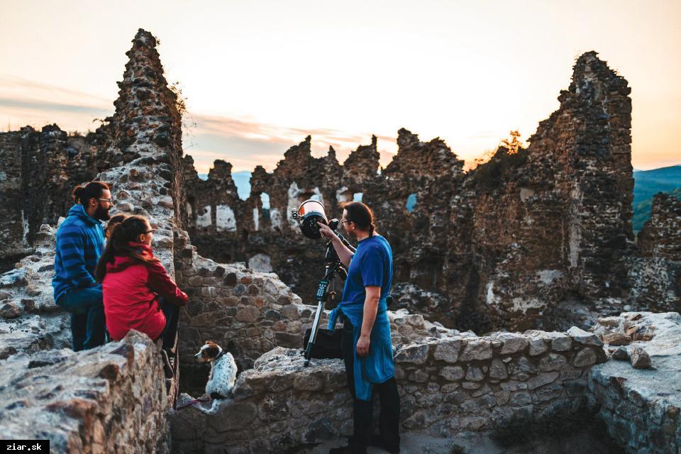 obr: Komentované prehliadky kaštieľa a hradu Šášov majú veľký úspech