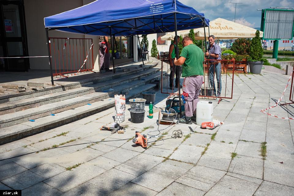 obr: Opravujú schody pri Mestskom kultúrnom centre