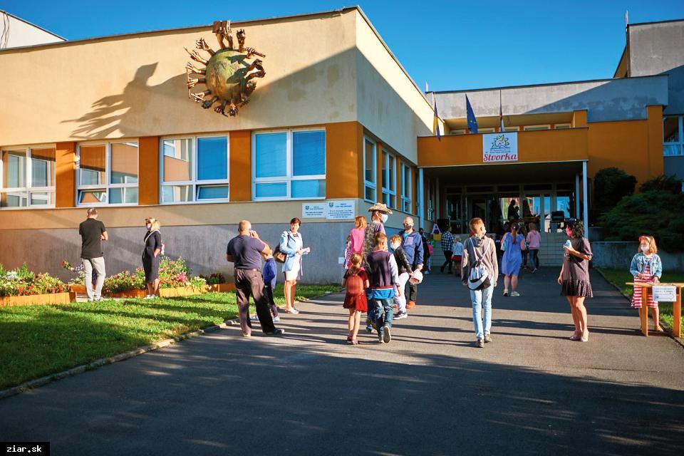 obr: Prázdniny začali, školy však svoje brány nezatvárajú