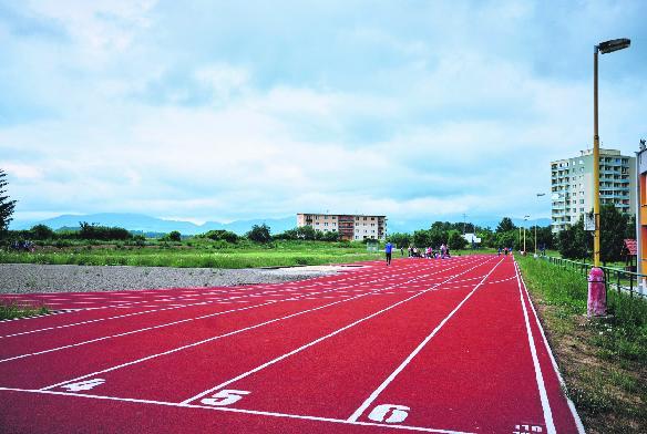 V areáli školy vybudovali modernú atletickú dráhu s 300-metrovým bežeckým oválom