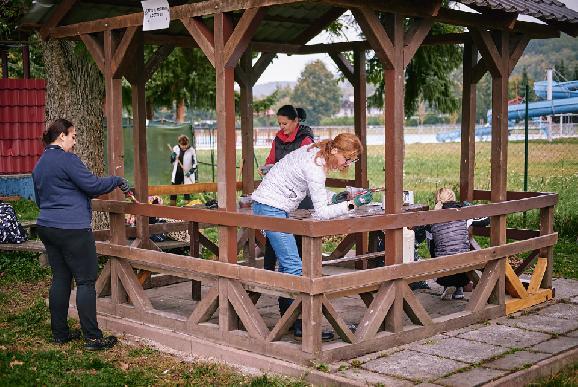 Dobrovoľníci vymaľovali altánok v parku a dosadili rastlinky do záhonov