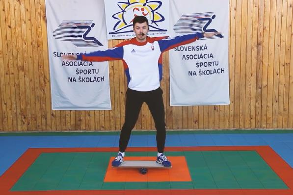 Školáci cvičia prostredníctvom videí s profesionálnymi športovcami
