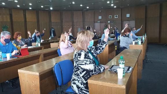 Poslanci schválili prijatie návratnej finančnej výpomoci od štátu