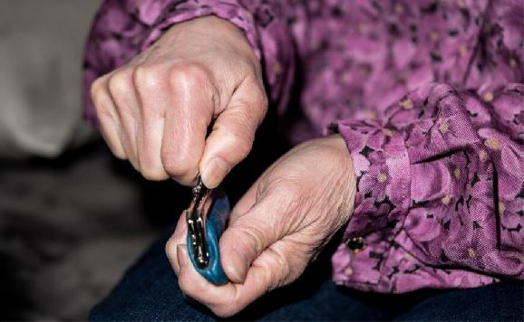 Podvodník žiadal od dôchodkyne 8 000 eur na injekciu pre dcéru