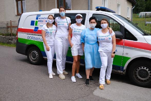 Zdravotníci nemocníc Svet zdravia vyrazili očkovať do regiónov