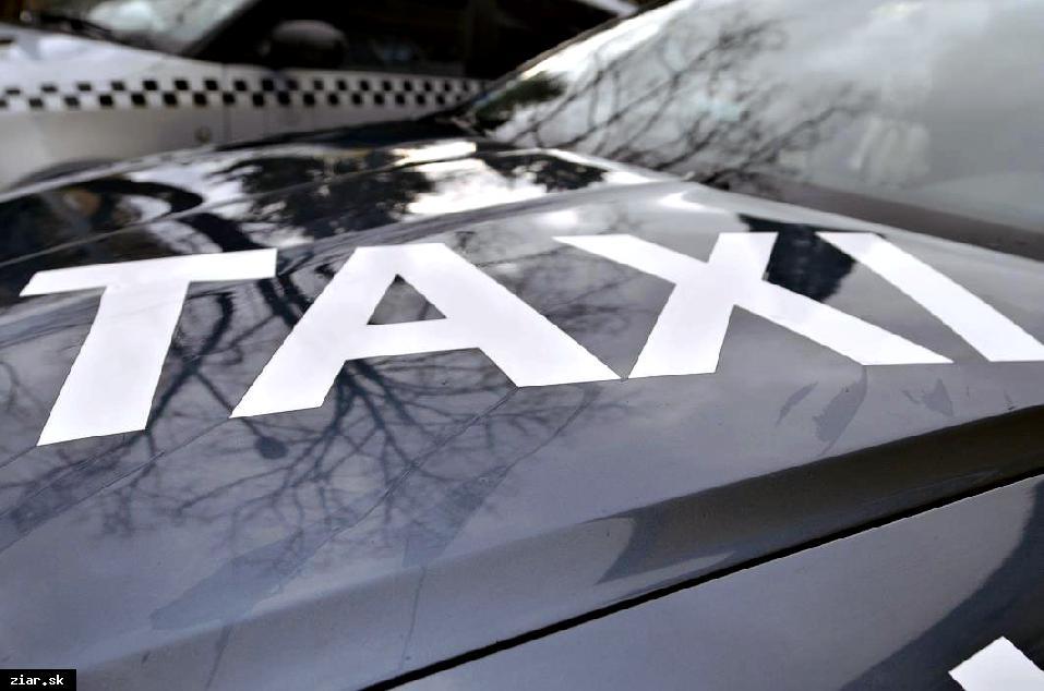 obr: Sociálny taxík jazdí už aj pred hlavnú vrátnicu závodu