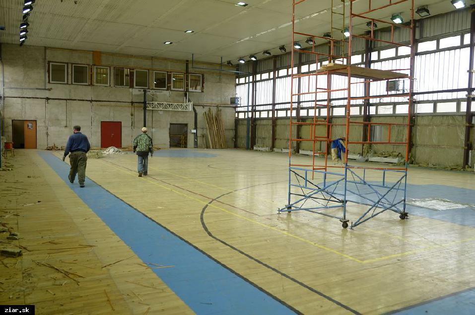 obr: S rekonštrukciou športovej haly chcú byť hotoví do prázdnin