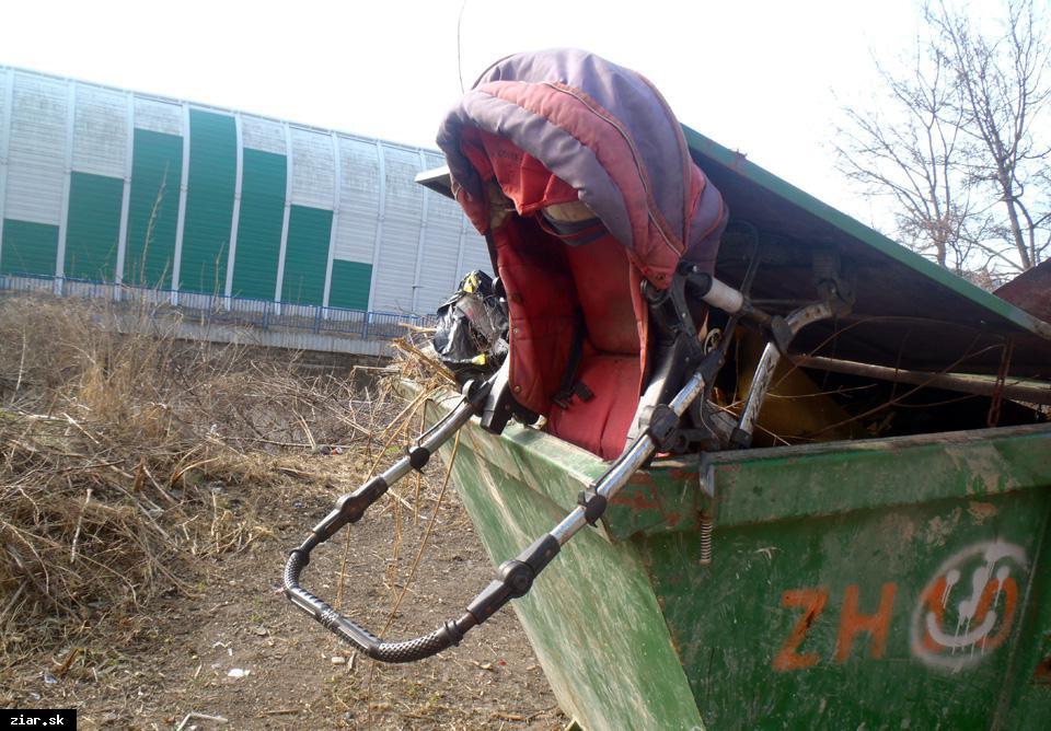obr: Nedávajte odpad káričkárom! V osade z neho vznikajú nelegálne skládky