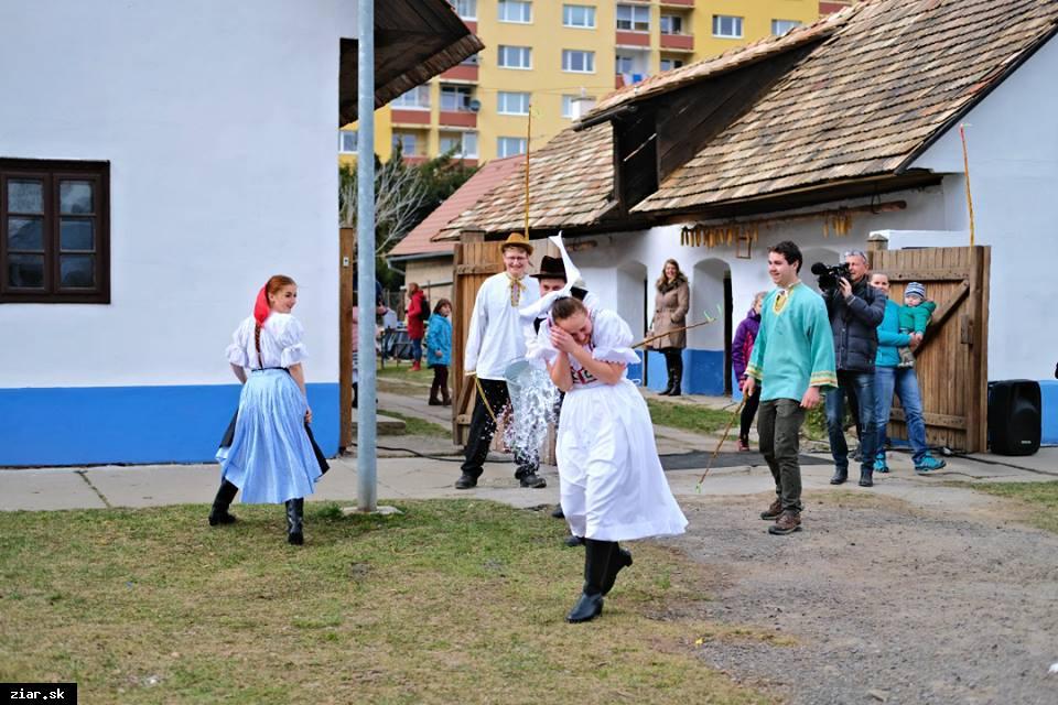 obr: Tradičná oblievačka po prvýkrát vo Svätokrížskom dome