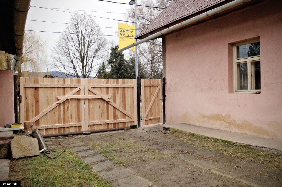 obr: Svätokrížsky dom s novou bránou