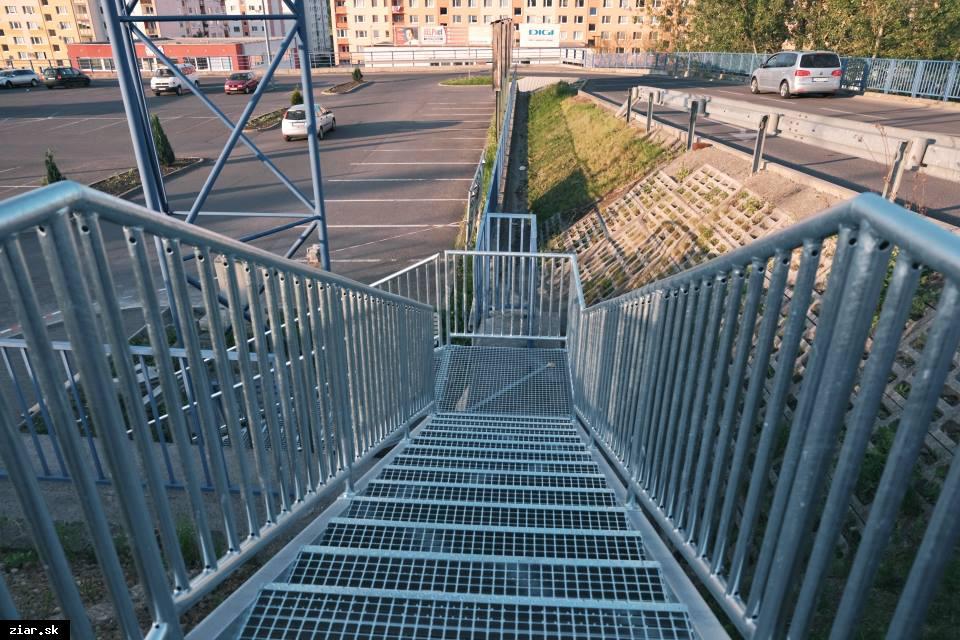obr: Pri príjazdovej ceste do Tesca vyrástli nové schody. Autá a chodci si tak už nebudú prekážať