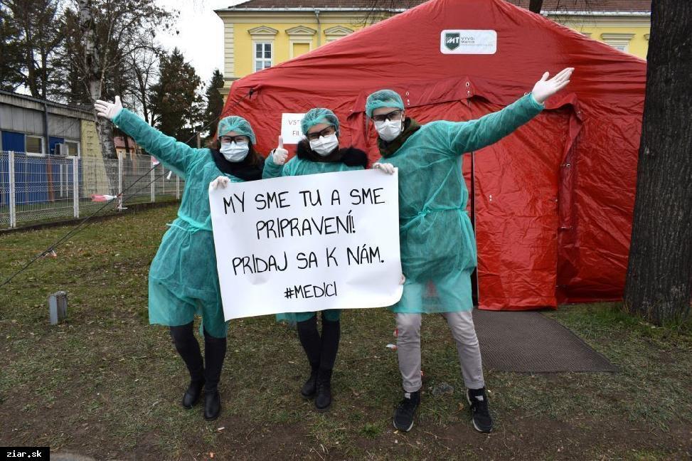 obr: Počas pandémie koronavírusu pomáhajú aj študenti medicíny