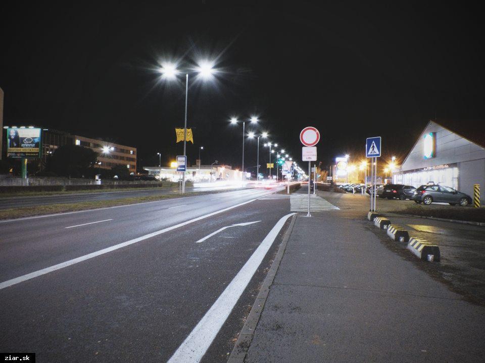 obr: Pozor na nové dopravné značenie pred obchodným domom