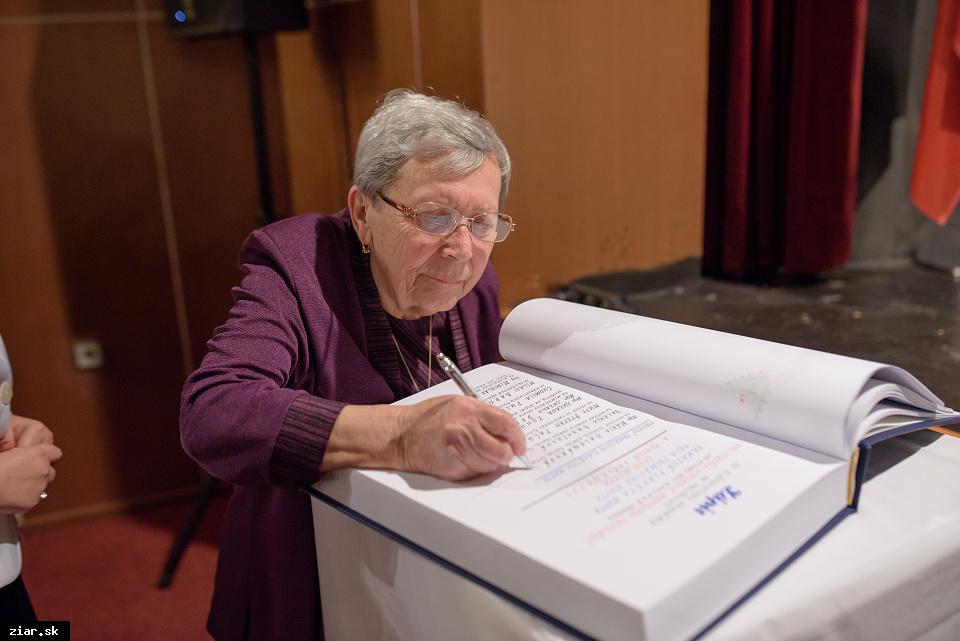 Mgr. Mária Halenárová - za aktívne vedenie súboru Seniori - optimisti